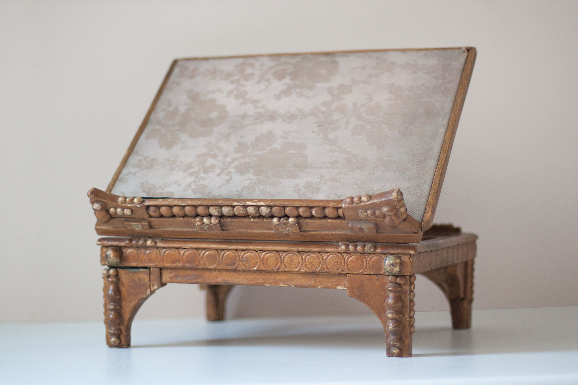 victorian-gold-reading-stand